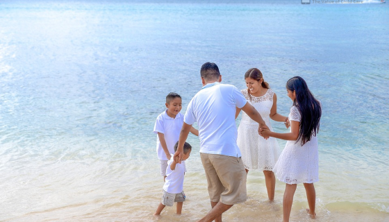 family enjoying vacation on the beach 560x320 - 3 Holiday Travel Tips for Parents